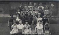 Školní foto z první třídy, Petra je ve druhé řadě vlevo
