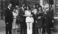 Svatební fotografie s Janem Vaculíkem.Vpravo bratr Pavel, maminka a tatínek